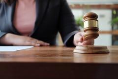 Le conseiller juridique présente au client un contrat signé avec le marteau et la loi juridique image libre de droits