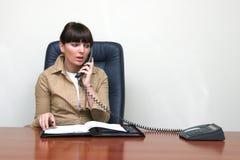 le conseiller prend un rendez-vous par le téléphone photos stock