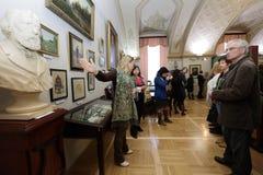 Le conservateur en chef du musée littéraire Ksenia Chudakova tient la présentation photo stock