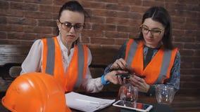 Le constructeur femelle obtient un casque antichoc dans un bureau de construction banque de vidéos