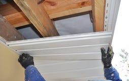 Le constructeur installent le soffite Construction de toiture Soffite et fasce photographie stock libre de droits