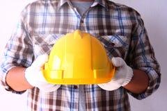 Le constructeur tient un chapeau image libre de droits
