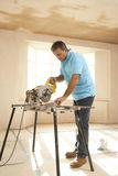 Le constructeur utilisant électrique a vu Photo stock