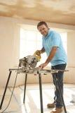 Le constructeur utilisant électrique a vu Photographie stock