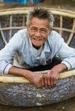 Le constructeur vietnamien de bateau en Hoi An dit bonjour Photographie stock