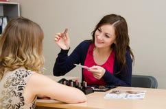 Le consultant en matière de beauté démarche le nouveau rouge à lèvres Photographie stock libre de droits