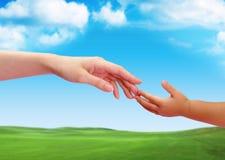 Le contact des mains entre vieux et les jeunes 2 images libres de droits