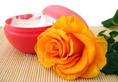 Le conteneur de crème d'hydratation de produit de beauté avec l'orange s'est levé Images libres de droits