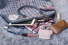 Le contenu du sac à main femelle Images stock