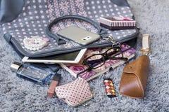 Le contenu du sac à main femelle Photo stock