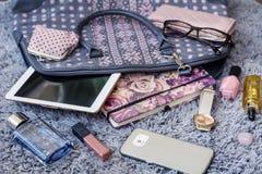 Le contenu du sac à main femelle Photographie stock