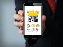 le contenu est smartphone d'homme d'affaires de roi Images libres de droits