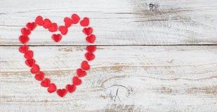 Le contour du coeur rouge forme sur le fond en bois blanc rustique photo stock