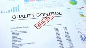 Le contrôle de qualité a rejeté, joint a embouti sur le document officiel, projet d'affaires images stock