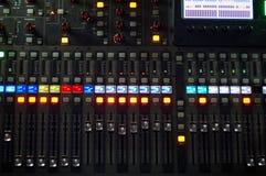 Le contrôleur de mélange sain pour l'houblon DJ de hanche pour rayer les disques, voies de musique en direct de mélange la nuit f images stock