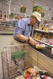 Le contrôle d'épicerie à l'extérieur rayent Image stock