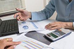 Le contrôle d'homme d'affaires analyse sérieusement des collègues d'un investisseur de rapport de finances discutant des données  Photos libres de droits