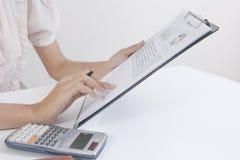Le contrôle d'homme d'affaires analyse sérieusement des collègues d'un investisseur de rapport de finances discutant des données  Images stock