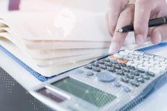 Le contrôle d'homme d'affaires analyse sérieusement des collègues d'un investisseur de rapport de finances discutant des données  Photographie stock libre de droits