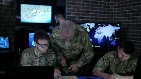 Le contrôle militaire, base de guerre, groupent les professionnels IT militaires, dessus banque de vidéos
