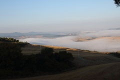 Le contraste entre le brouillard, la terre et le ciel Image libre de droits