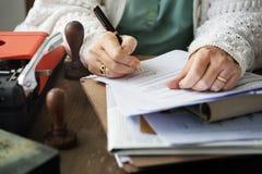 Le contrat de signature de femme documente le concept de signature Image libre de droits