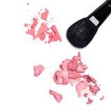 Le contrat et la crème rougissent avec la brosse de maquillage Photo stock