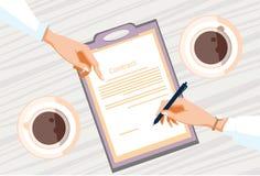 Le contrat s'enregistrent des gens d'affaires d'accord Pen Signature Office Desk de document sur papier Images stock