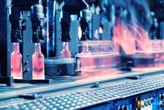 Le convoyeur pour la production des bouteilles en verre Images libres de droits