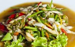 Le coperture calde e piccanti della vite senza fine hanno cucinato nello stile tailandese dell'alimento immagini stock