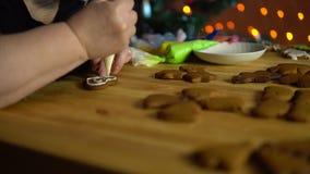 Le coperture della nonna lustrano il pan di zenzero la vigilia della festa stock footage
