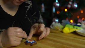 Le coperture della nonna lustrano il pan di zenzero la vigilia della festa archivi video
