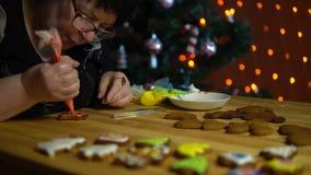Le coperture della nonna lustrano il pan di zenzero la vigilia della festa video d archivio