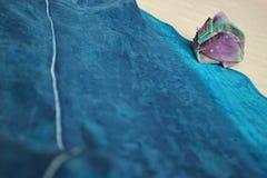 Le coperture di seta si trovano sulla riva del mare di seta immagini stock