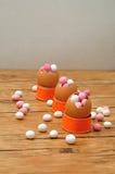 Le coperture vuote dell'uovo hanno riempito di caramella rosa e bianca Fotografia Stock