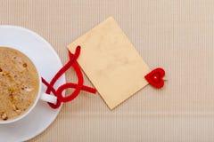 Le copie-espace chaud de carte vierge d'amour de symbole de coeur de boissons de café blanc de tasse Images stock
