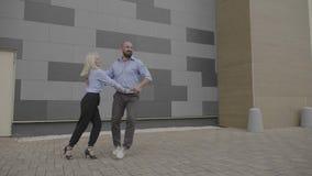 Le coppie allegre dei colleghi di affari che godono della rottura cronometrano il dancing con la gioia che esprime la soddisfazio video d archivio