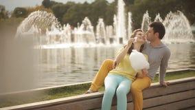 Le coppie amorose nel parco hanno alimentato lo zucchero filato di ciascuno archivi video