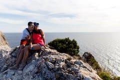 Le coppie amorose si siedono sulla montagna fotografia stock libera da diritti