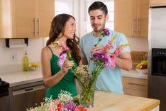 Le coppie amorose in una relazione dividono i fiori il giorno dei biglietti di S. Valentino Fotografie Stock