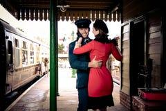 Le coppie attraenti ballano sul binario della stazione ferroviaria con il giradischi portatile fotografie stock libere da diritti