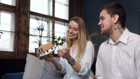 Le coppie caucasiche felici hanno riunione con l'architetto archivi video