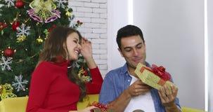 Le coppie caucasiche scambiano insieme i loro regali video d archivio