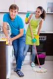 Le coppie che fanno il regular puliscono all'interno Immagini Stock Libere da Diritti