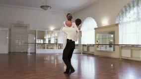 Le coppie che praticano il balletto classico ballano in palestra, rallentatore stock footage