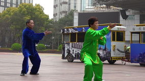 Le coppie cinesi praticano Tai Chi in strada Shanghai Cina di Nanchino stock footage