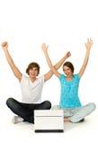 Le coppie con le braccia si sono alzate Fotografia Stock