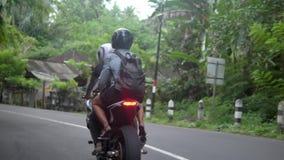 Le coppie conducono il motociclo attraverso la campagna tropicale, modo rurale, concetto di viaggio stock footage