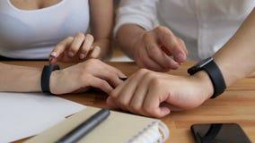 Le coppie d'avanguardia usano le mani astute dell'orologio stock footage