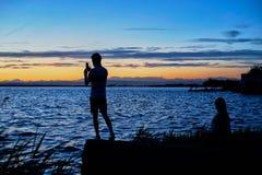 Le coppie dei giovani contemplano il tramonto nel Albufera di Valencia fotografie stock libere da diritti